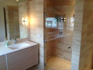 flislagt bad og dusje med glassdør