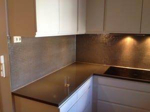 Grå mosaikkfliser montert på kjøkken