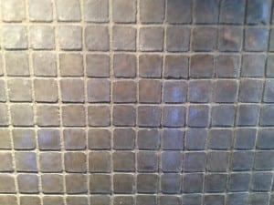 grå kvadratiske mosaikkfliser