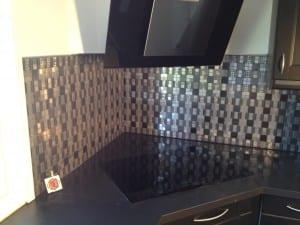 Metal mosaik i børstet stål med svart spil