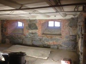 gammel kjeller med tykke murvegger i stein og teglstein