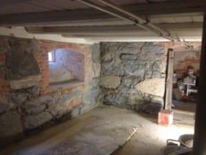 gammel kjeller i mur og stein