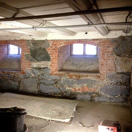Gammel kjeller med tykk vegg i mur