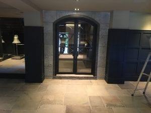 muret døråpning til vinkjeller i polert granitt